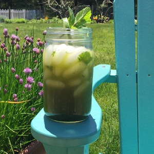 A picture of a tall glas of our refreshing Matcha Mint Mojito.